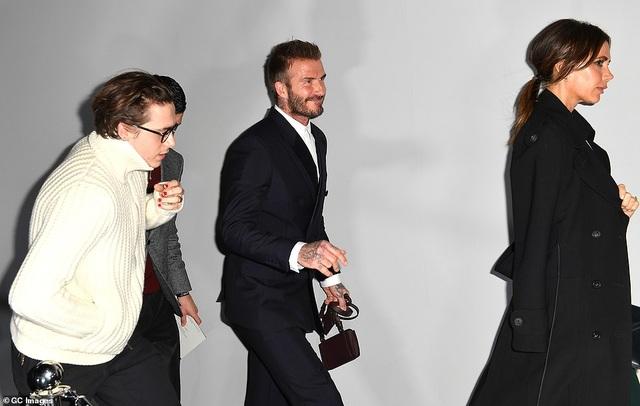Gia đình Beckham nổi bật khi đi xem show thời trang - 7