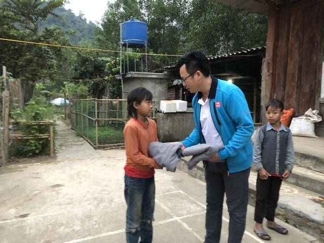 100 em nhỏ vùng biên giới Nghệ An được báo Dân trí tặng áo ấm giữa những ngày đông - 1