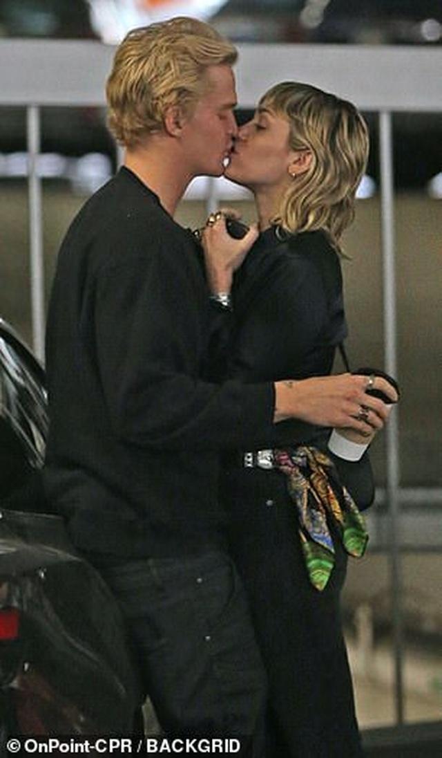 Miley Cyrus tình tứ hôn bồ kém tuổi - 3