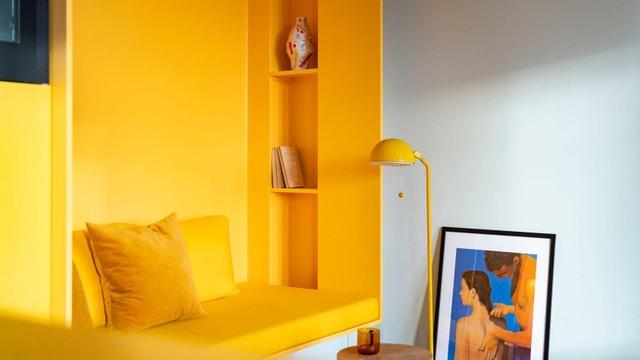 Căn nhà 80 m2 bắt mắt và đầy sức hút nhờ những bức tường sơn vàng ấn tượng - 1