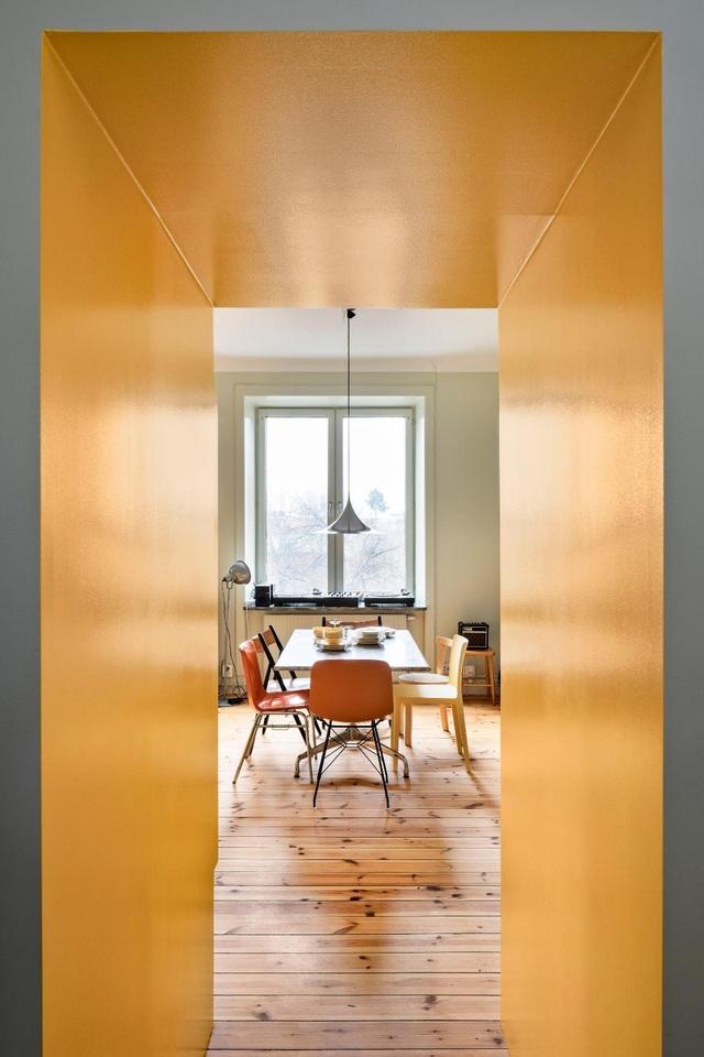 Căn nhà 80 m2 bắt mắt và đầy sức hút nhờ những bức tường sơn vàng ấn tượng - 2