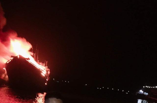 Hai tàu cá chục tỷ cháy rụi sau lễ cúng tất niên - 1