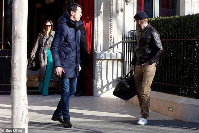 Victoria Beckham sành điệu cùng chồng ra phố - 1