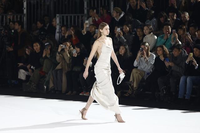 Chị em Hadid nổi bật tại tuần lễ thời trang Paris - 1