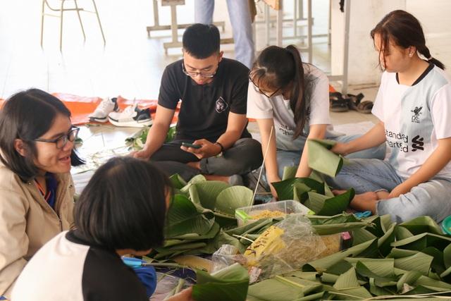 Sinh viên gói bánh chưng tặng người nghèo đón Tết - 1