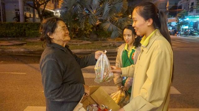 Sinh viên gói bánh chưng tặng người nghèo đón Tết - 5