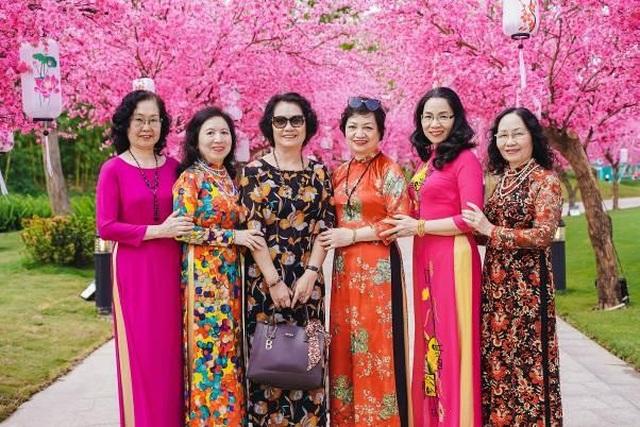 """Bộ ảnh áo dài rực rỡ của """"Hội bạn thân U60"""" gây sốt tại lễ hội hoa xuân của Vinhomes - 1"""