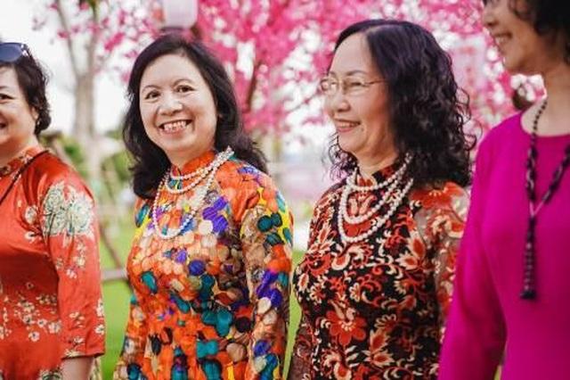"""Bộ ảnh áo dài rực rỡ của """"Hội bạn thân U60"""" gây sốt tại lễ hội hoa xuân của Vinhomes - 2"""