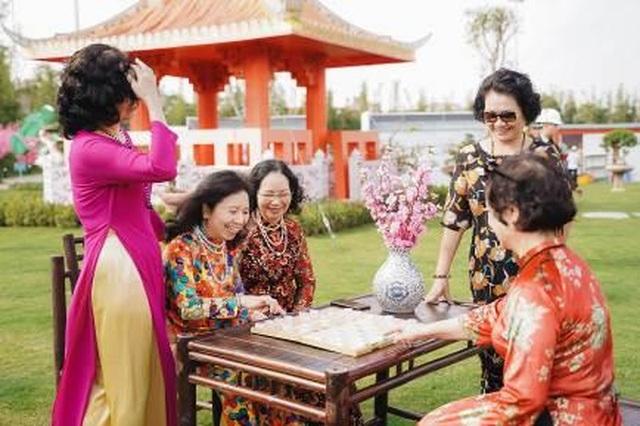 """Bộ ảnh áo dài rực rỡ của """"Hội bạn thân U60"""" gây sốt tại lễ hội hoa xuân của Vinhomes - 3"""