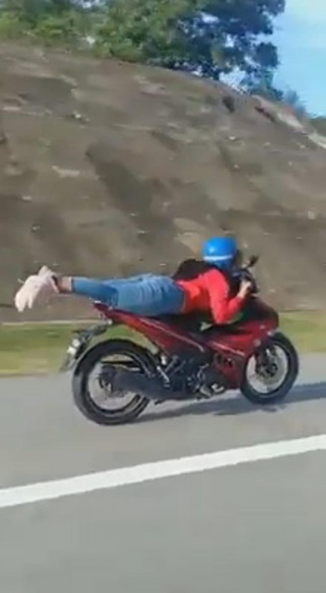 Cô gái trẻ không bằng lái, liều lĩnh diễn xiếc với xe máy giữa đường - 2