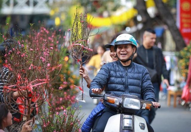 Dòng người chen chân mua sắm Tết ở chợ hoa lâu đời nhất Hà Nội - 1