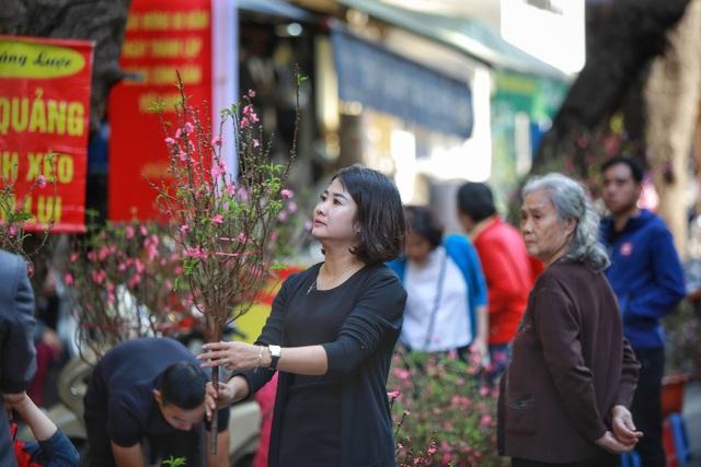 Dòng người chen chân mua sắm Tết ở chợ hoa lâu đời nhất Hà Nội - 3