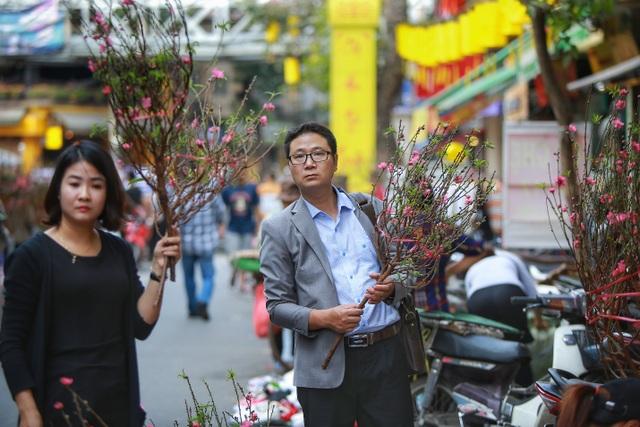 Dòng người chen chân mua sắm Tết ở chợ hoa lâu đời nhất Hà Nội - 7