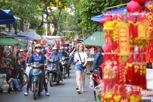 Dòng người chen chân mua sắm Tết ở chợ hoa lâu đời nhất Hà Nội - 8