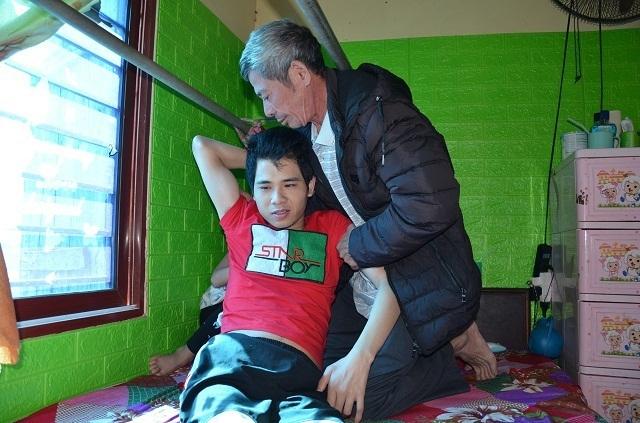Hai bé thơ ôm người cha liệt giường được bạn đọc giúp đỡ hơn 92 triệu đồng - 1