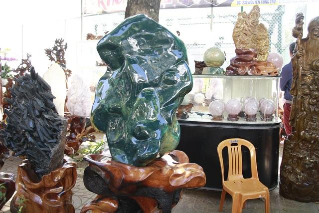 Đá quý hàng trăm triệu đồng được bày bán tại hội chợ xuân phố núi - 6