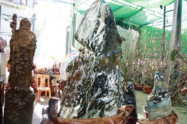 Đá quý hàng trăm triệu đồng được bày bán tại hội chợ xuân phố núi - 3