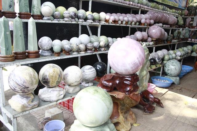 Đá quý hàng trăm triệu đồng được bày bán tại hội chợ xuân phố núi - 7