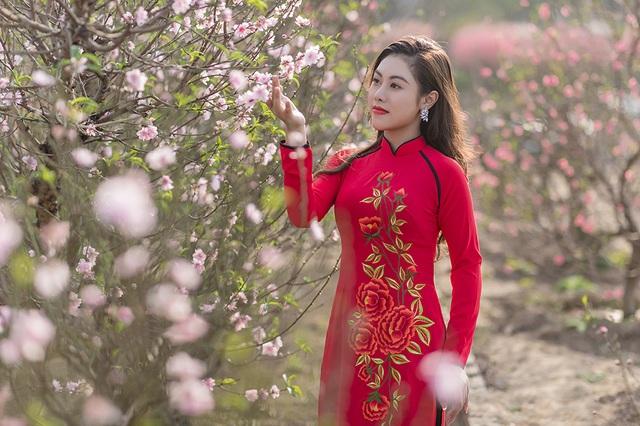 Nữ nhân viên hàng không khoe dáng nuột nà giữa vườn đào ngày Xuân - 6