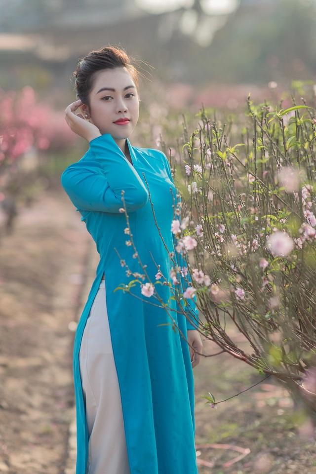 Nữ nhân viên hàng không khoe dáng nuột nà giữa vườn đào ngày Xuân - 3