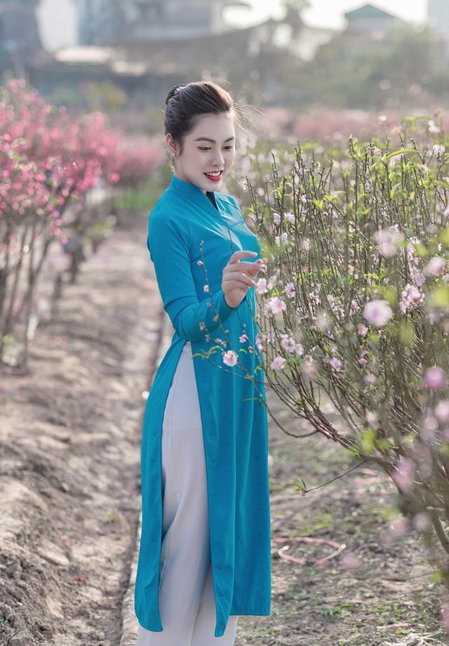 Nữ nhân viên hàng không khoe dáng nuột nà giữa vườn đào ngày Xuân - 1