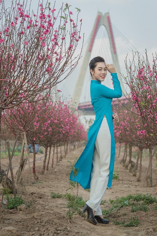 Nữ nhân viên hàng không khoe dáng nuột nà giữa vườn đào ngày Xuân - 2
