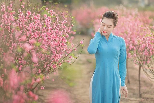 Nữ nhân viên hàng không khoe dáng nuột nà giữa vườn đào ngày Xuân - 5