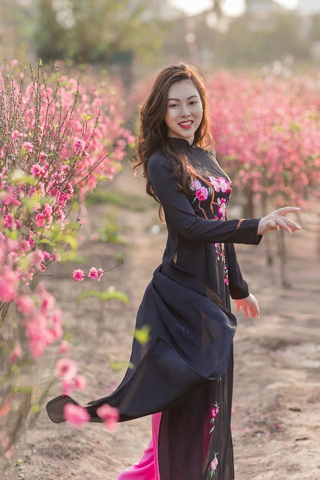 Nữ nhân viên hàng không khoe dáng nuột nà giữa vườn đào ngày Xuân - 9