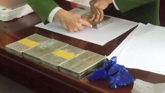 Bị bắt khi đang giao hàng 5 bánh heroin, 1.000 viên ma túy - 2