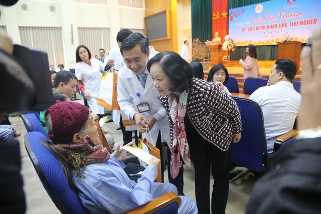 Trưởng Ban Dân vận Trung ương tặng quà Tết cho bệnh nhân ung thư - 1