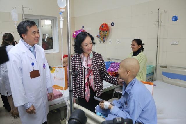Trưởng Ban Dân vận Trung ương tặng quà Tết cho bệnh nhân ung thư - 2