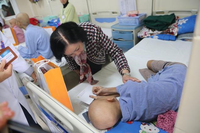 Trưởng Ban Dân vận Trung ương tặng quà Tết cho bệnh nhân ung thư - 3