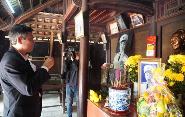 Dâng hương Đại tướng Võ Nguyên Giáp, tặng quà đảng viên nhiều năm tuổi Đảng - 1
