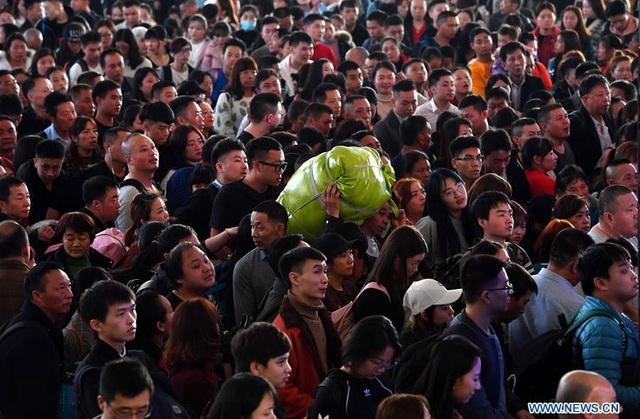 """""""Biển người"""" Trung Quốc trong cuộc di dân khổng lồ về nhà ăn Tết - 3"""