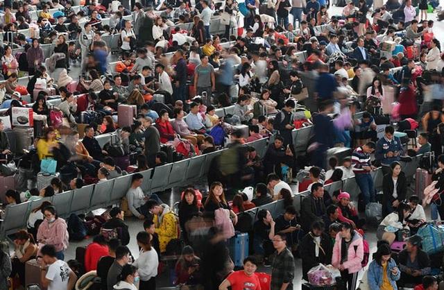 """""""Biển người"""" Trung Quốc trong cuộc di dân khổng lồ về nhà ăn Tết - 1"""