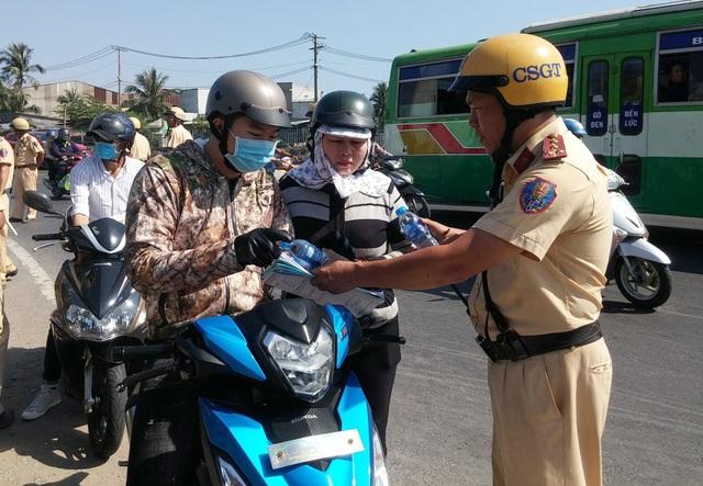 CSGT tặng nước suối, khăn lạnh cho người đi xe máy về quê ăn Tết - 2