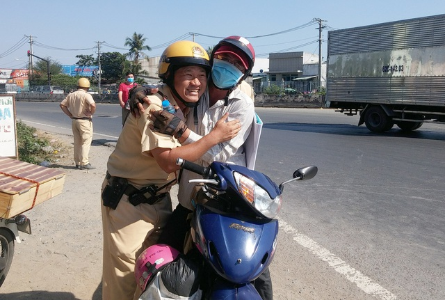 CSGT tặng nước suối, khăn lạnh cho người đi xe máy về quê ăn Tết - 3