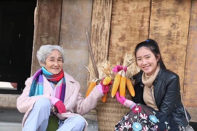 Cụ bà 81 tuổi leo 600 bậc đá, chinh phục Fansipan khiến dân mạng ngưỡng mộ - 3