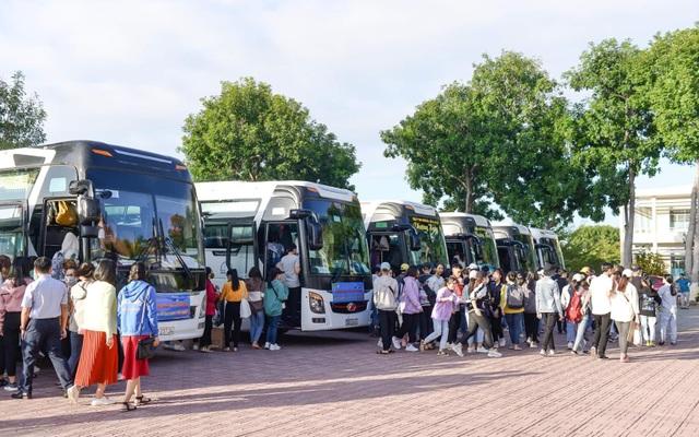 """400 sinh viên náo nức về quê ăn Tết bằng """"chuyến xe 0 đồng"""" - 2"""