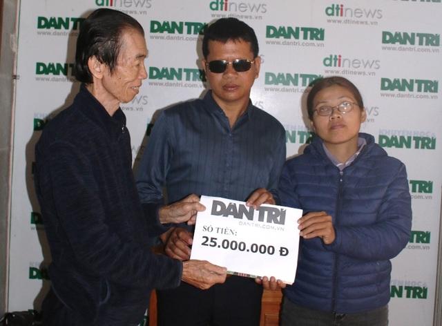 Cảm phục vợ chồng khiếm thị cưu mang người khuyết tật, Báo Dân trí hỗ trợ 25 triệu đồng - 3