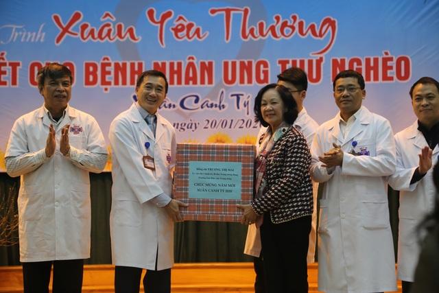 Trưởng Ban Dân vận Trung ương tặng quà Tết cho bệnh nhân ung thư - 4
