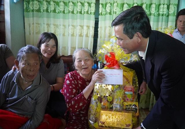 Dâng hương Đại tướng Võ Nguyên Giáp, tặng quà đảng viên nhiều năm tuổi Đảng - 2