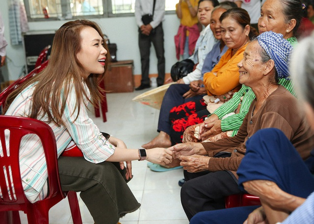 Ấm áp tình nghệ sĩ Việt dành cho người nghèo mùa Tết - 1