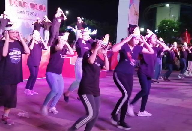 Sôi động những điệu nhảy hiện đại mừng Xuân mới của giới trẻ Bạc Liêu - 1