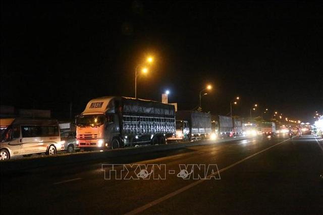 Tắc đường gần 10km từ thành phố Bến Tre đến cầu Rạch Miễu - 1