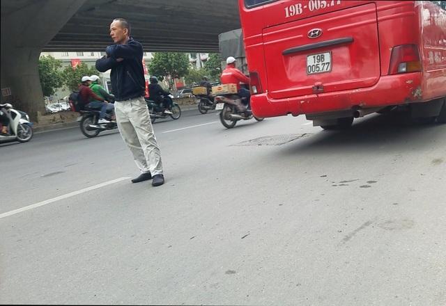 Hà Nội: Xe khách thỏa sức lộng hành xung quanh bến xe Mỹ Đình - 3