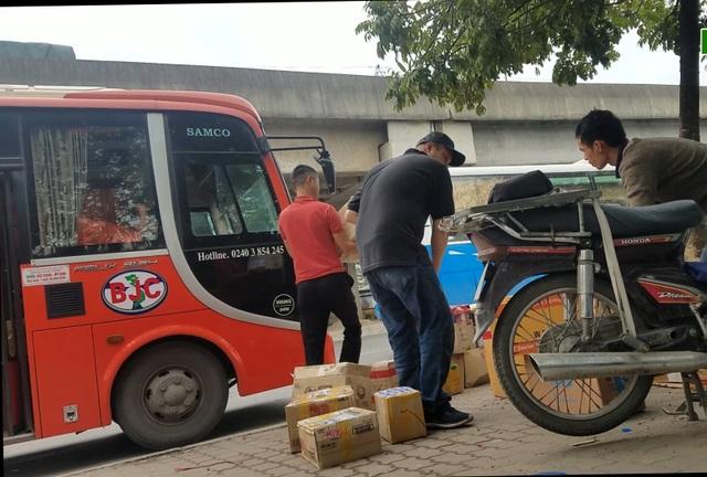 Hà Nội: Xe khách thỏa sức lộng hành xung quanh bến xe Mỹ Đình - 2