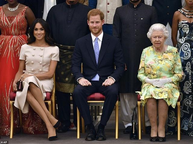 Vợ Hoàng tử Harry tay xách nách mang khi đưa con đi dạo - 8