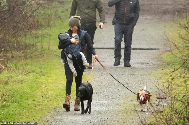 Vợ Hoàng tử Harry tay xách nách mang khi đưa con đi dạo - 1