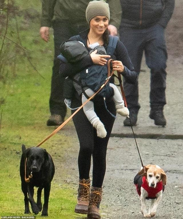 Vợ Hoàng tử Harry tay xách nách mang khi đưa con đi dạo - 4